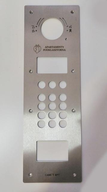 panel do domofonu, wycięty w stali nierdzewnej, grawerowany kontrastowo