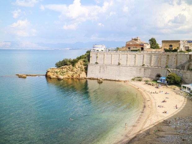 Pequeña cala en el centro de Castellammare del Golfo en Sicilia
