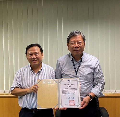 元智大學資訊學院院長詹前隆(左)致贈臻鼎沈慶芳董事長感謝狀