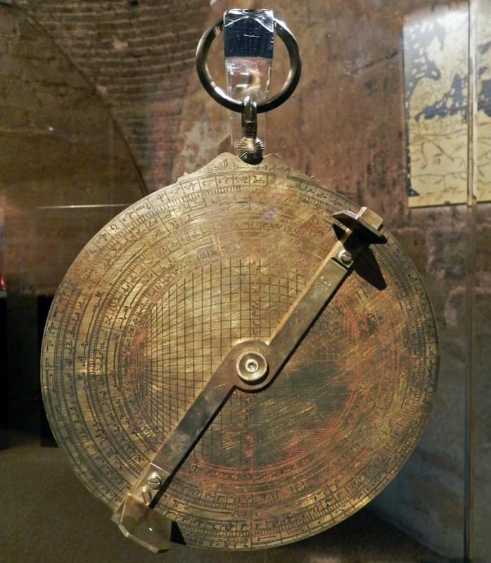 Astrolabio instrumento astronómico ver la posicion de los astros Museo Vivo de Al-Andalus Torre de Calahorra Cordoba