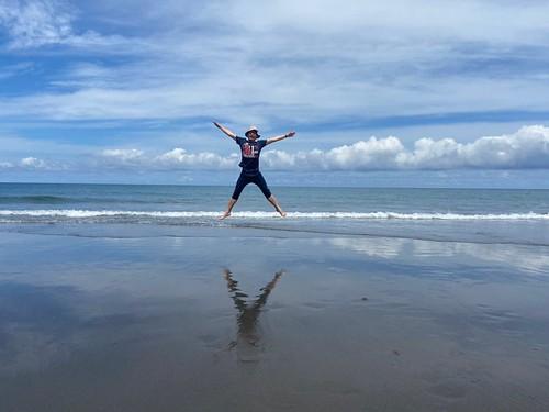 筆者於都歷海灘的天空之鏡奔奔跳跳-照片由李金發提供