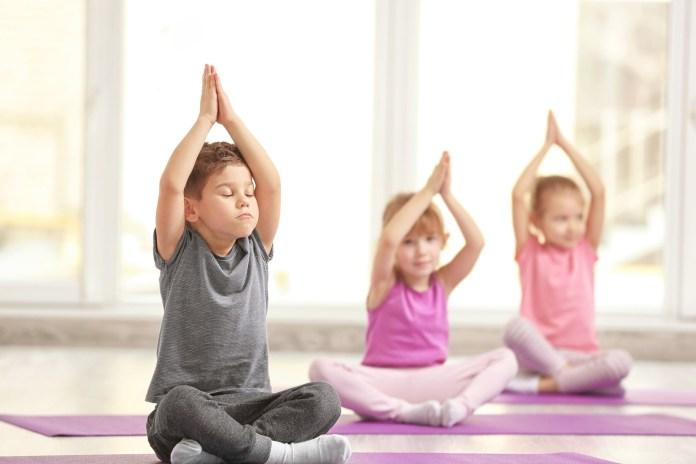我愛夏日 Group of children doing gymnastic exercises