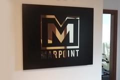 tablica na recepcję, tło aluminium lakierowane proszkowo, logo wycięte z polerowanego mosiądzu