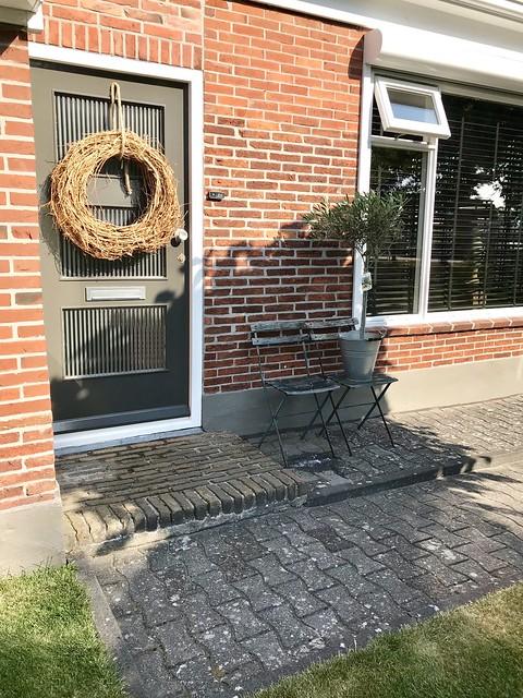 Grote krans grijze voordeur