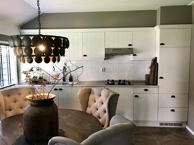 Witte landelijke keuken Hoffz lamp