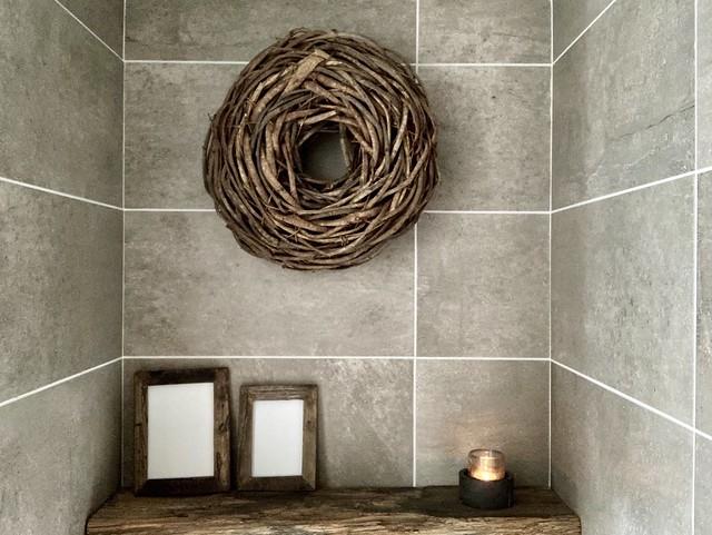 Takkenkrans houten plank achter toilet