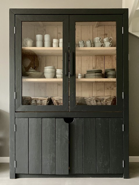 Zwarte servieskast van steigerhout