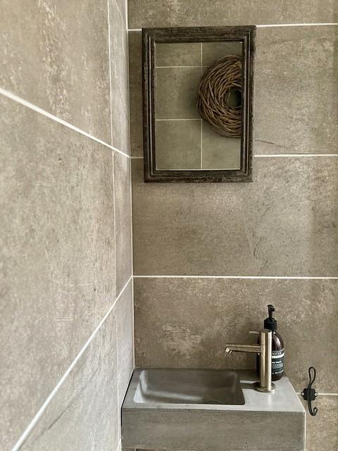 Bruine tegels landelijk toilet
