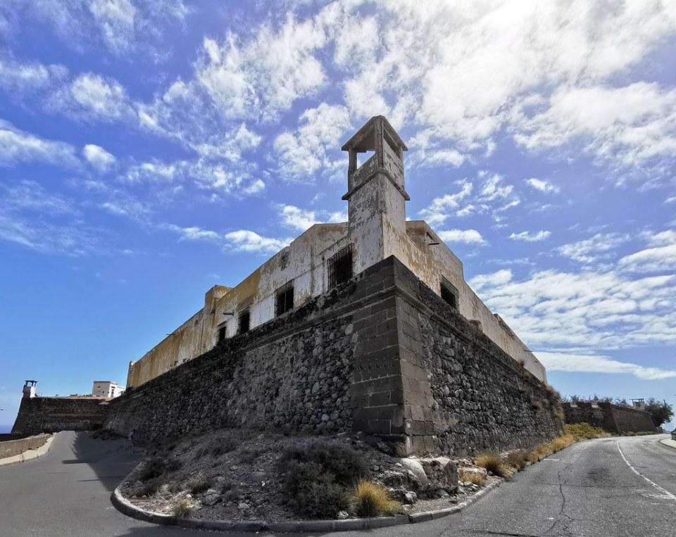 muralla lateral Castillo de San Francisco Castillo del Rey o del Paso Angosto en Montaña de San Francisco Las Palmas de Gran Canaria 01