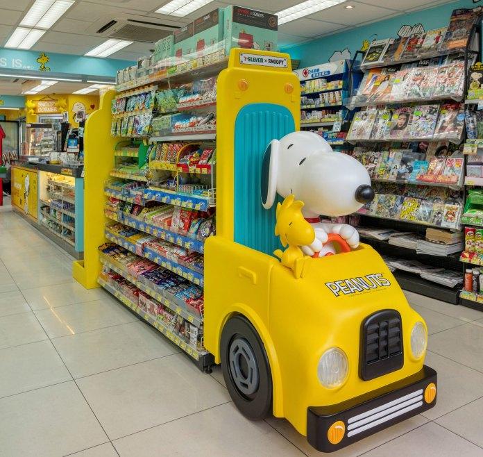 將Snoopy及PEANUTS漫畫中經典的大型黃色校巴搬到店內,重現漫畫中Charlie Brown和朋友們每天上學前在車站等校巴的情景