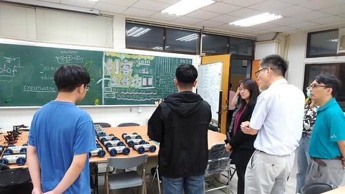 創客工作坊社團展示教學機器人。