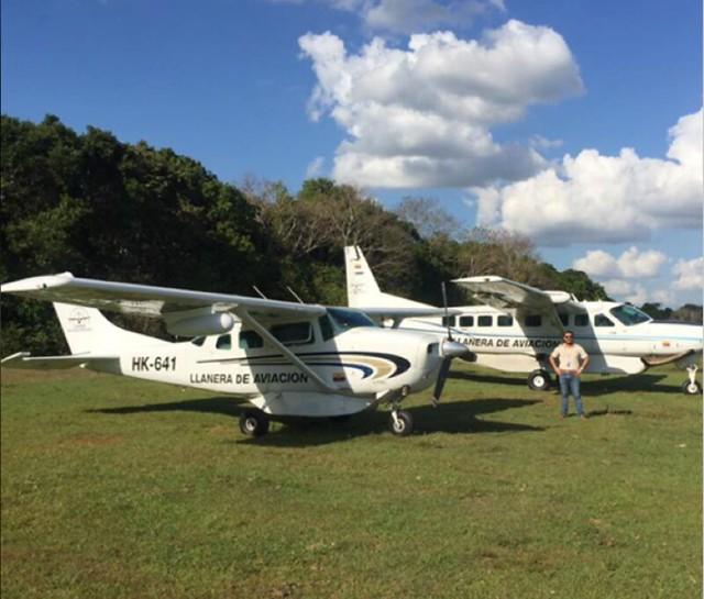 El piloto del Cartel de Sinaloa en medio de dos de los aviones de Llanera de Aviación que estaban al servicio de las campañas de Uribe y Duque, al Senado y Presidencia, respectivamente.
