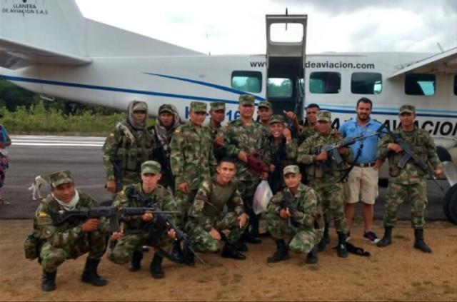 """El 20 de julio de 2018, el piloto del Cartel de Sinaloa posa con un grupo de militares a los que llama """"héroes""""."""