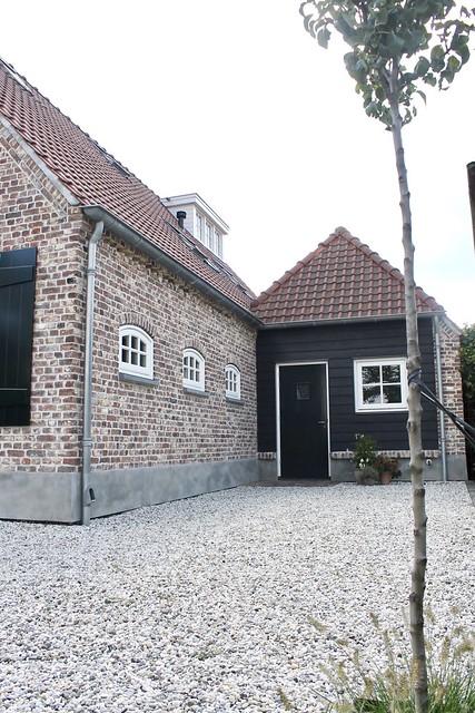 Gevel oude bakstenen zwart hout landelijke woning