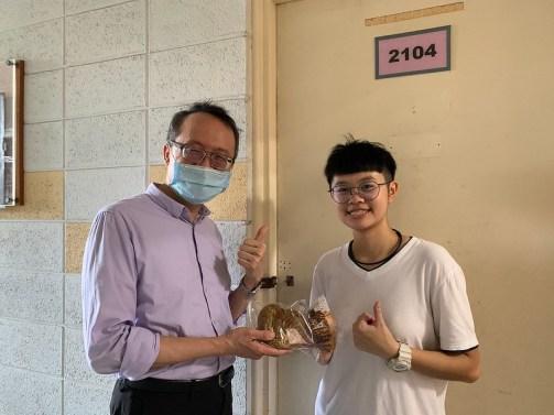 20201028元智麵包節1-學務長致贈麵包給同學