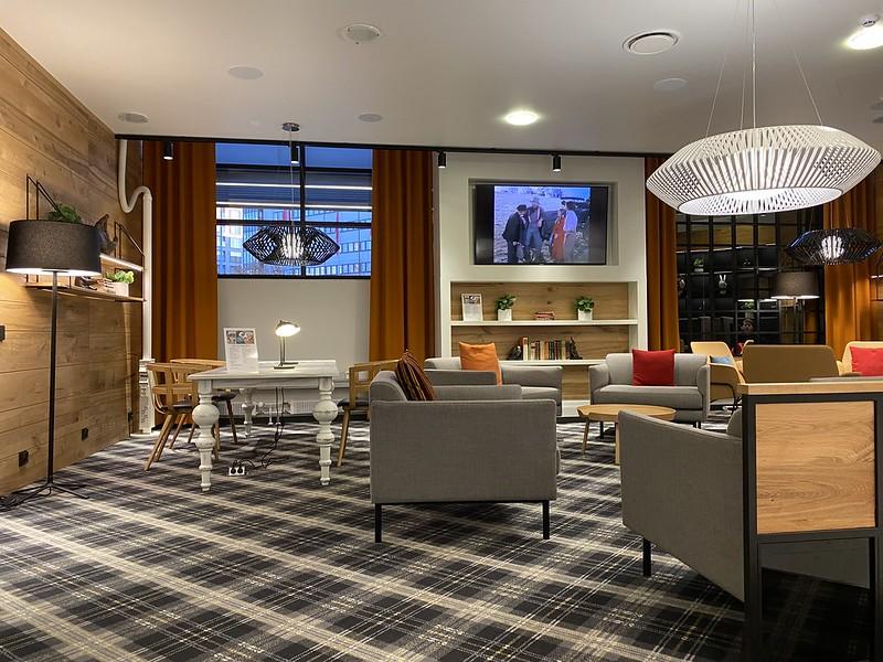 Hotelli Scandic Pasilan aulatila: nojatuolit, TV ja pöytä