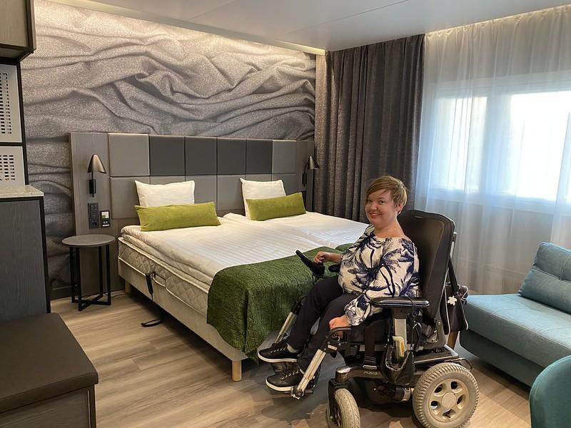 Sanna Kalmari Scandic Pasilan esteettömässä huoneessa 434