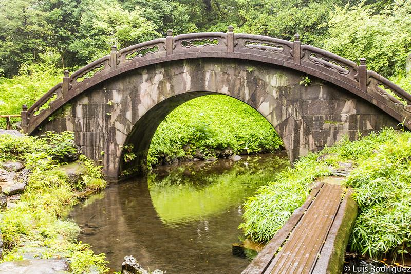 Puente en los jardines Koishikawa Korakuen de Tokio