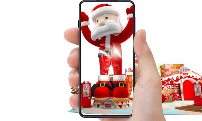 以手機鏡頭對準聖誕魔法靴,6米高虛擬AR聖誕老人就會即時彈出與你合照
