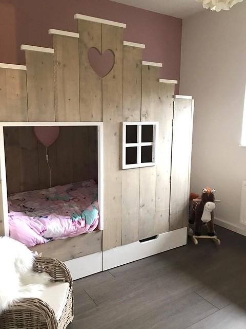 Bed in huisje roze meisjeskamer landelijk