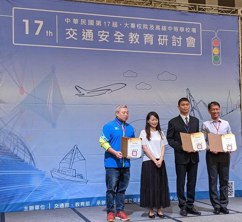 軍訓室傅正黔主任(右二)代表元智受獎