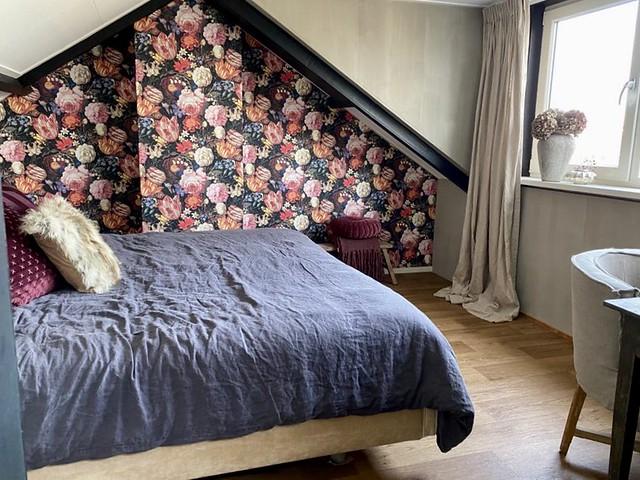 Bloemenbehang landelijke slaapkamer linnen dekbed en gordijnen