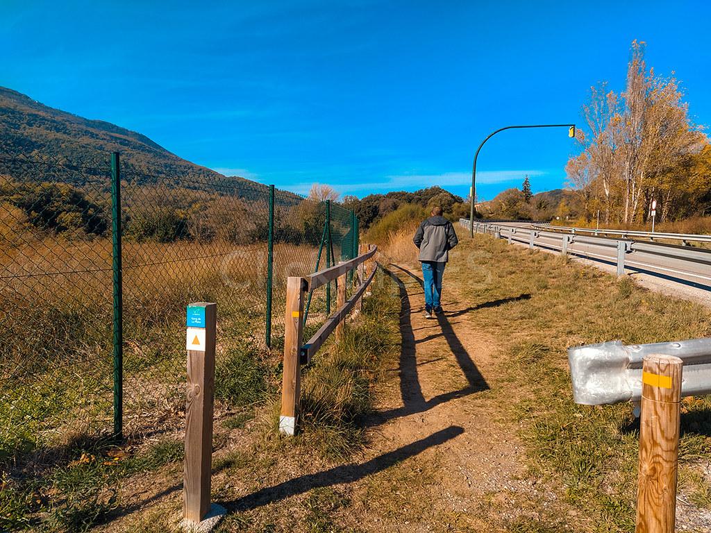 Indicaciones del camino a seguir para llegar al Gorg de la Plana · Ruta de senderismo Garrotxa · Cataluña · Click_Trip