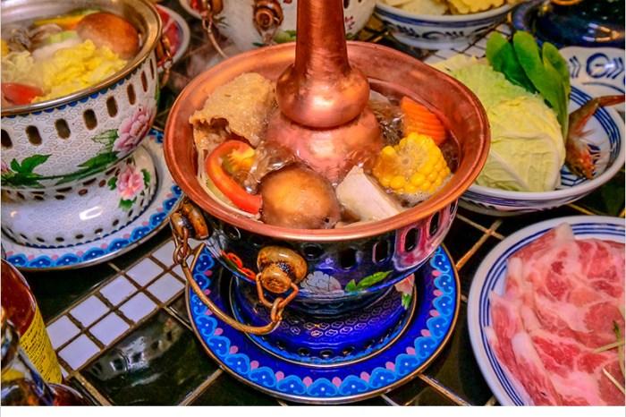 台中中區火鍋 | 芳華火鍋公司,網美等級的景泰藍鍋,湯頭夠味,食材豐富,好吃又好拍。
