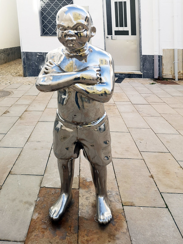 escultura estatua Menino de Olhos Grandes Niño de ojos grandes Olhau Portugal