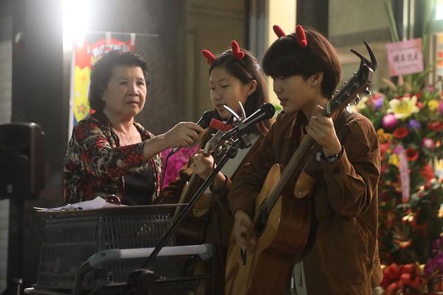 舅媽新店開幕餐會,彈奏吉他十一曲(16.4ys)