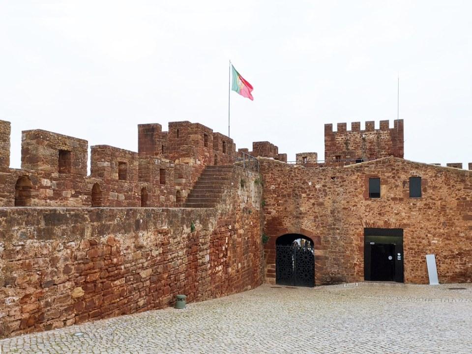 puerta de entrada y edificio de recepcion interior muralla y Alcazaba o Castillo de Silves Algarve Portugal 03