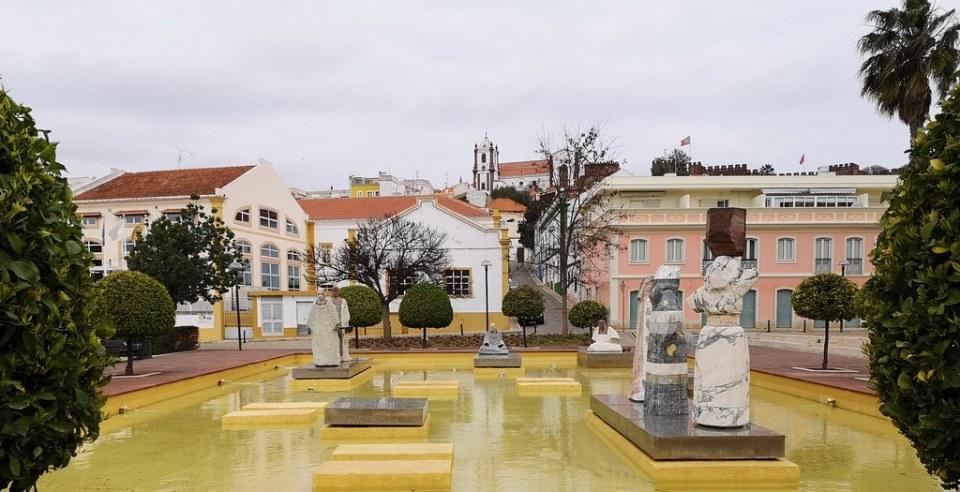 Fuente Estatuas Monumento a Muhammad Ibn Abbad al-Mu'tamid poeta y gobernante de la taifa de Sevilla en Praça Al-Mutamid de Silves Algarve Portugal 04