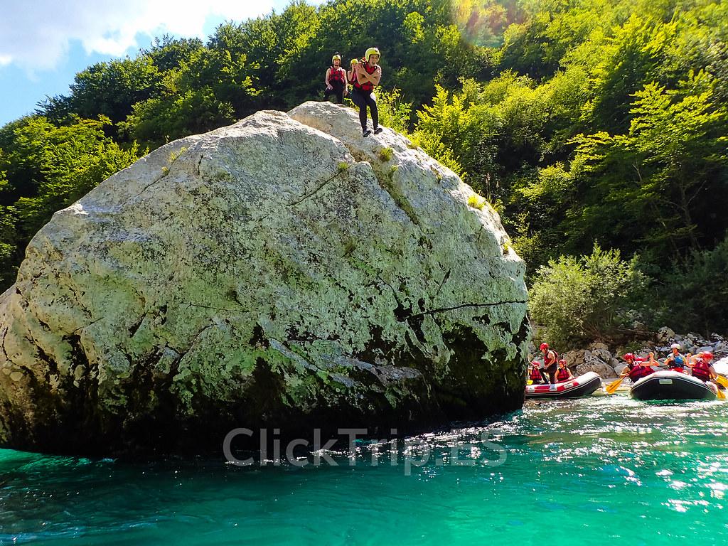 Alpi Center | Saltando de la roca Manhattan · Rafting en Eslovenia · Deportes de aventura · Actividades al aire libre | Actividades por el río Soca | Turismo de Eslovenia | Monitores saltando | ClickTrip