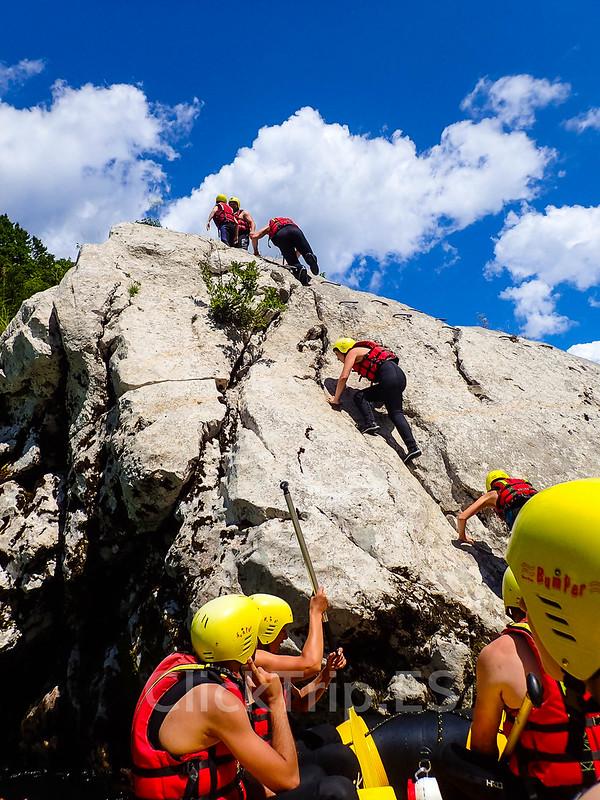 Alpi Center | Escalando la roca Manhattan · Deportes de aventura · Actividades al aire libre | Actividades por el río Soca | Turismo de Eslovenia | Monitores saltando | ClickTrip