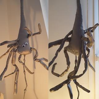 Sculpture en tissu neurone pyramidal gris.