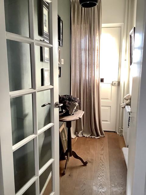 Hal wijntafel dadeltak linnen gordijn voordeur