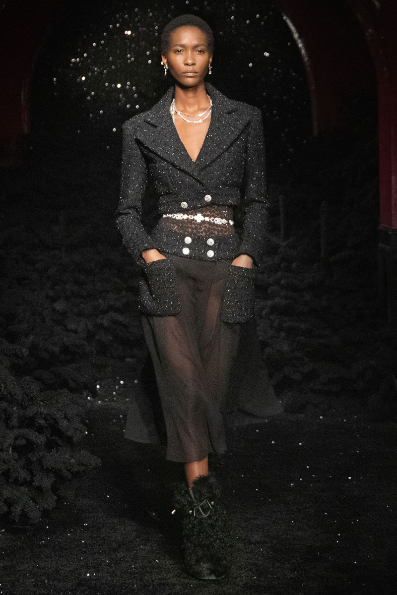 11_chanel-fall-2021-paris-runway-show-collection