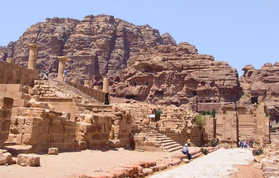 via columnata arco de entrada Templo Dushares Qar el-Bint Petra Jordania 10