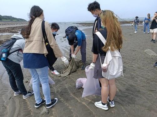 學生到藻礁淨灘 (1)