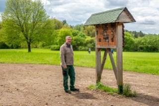 Ronny Hempel und ein Insektenhotel