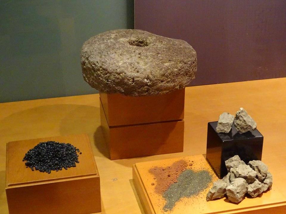 molino circular de moler utiles de piedra litico y colorantes para pintar museo Cueva pintada de Gáldar Gran Canaria Islas Canarias