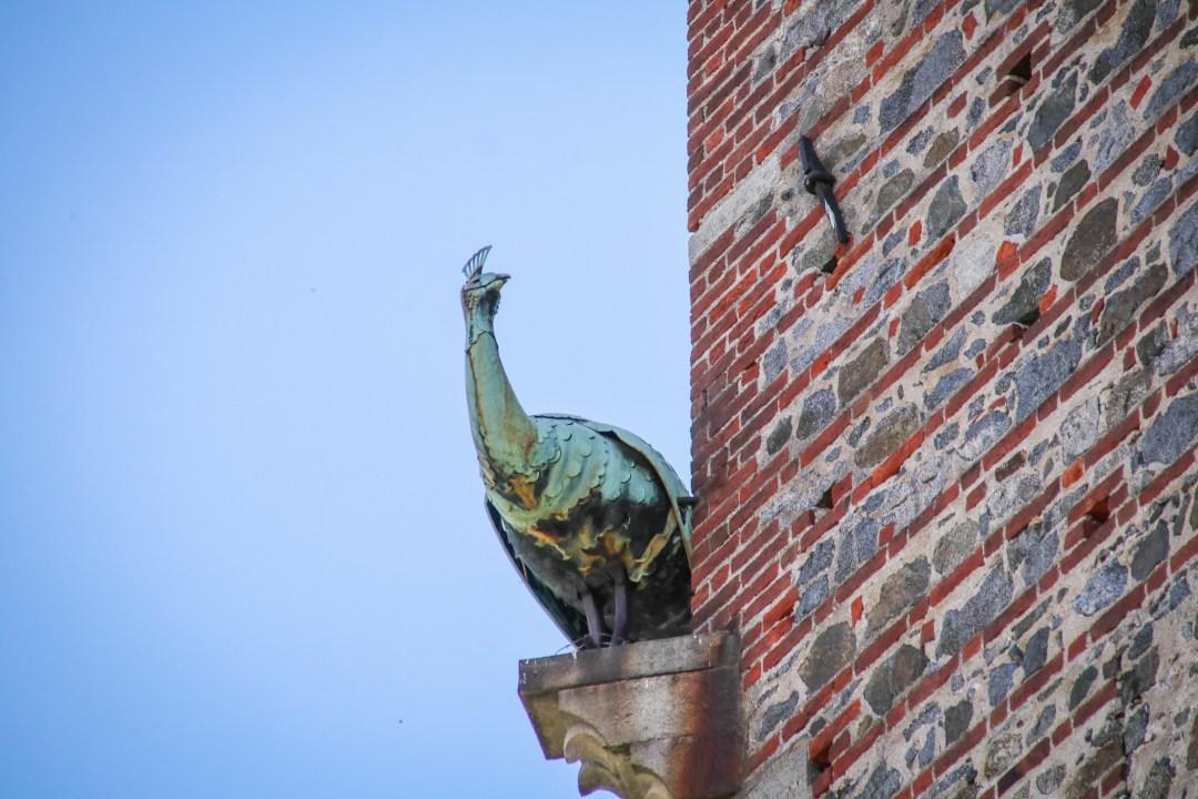 Dettaglio di scultura del pavone del castello