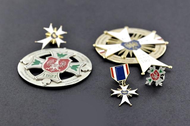 medale grawerowane, wypełenienie emalią