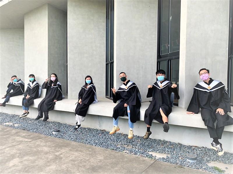 元智大學管理學院畢業生三五好友於校園內拍攝畢業照留念 (1)