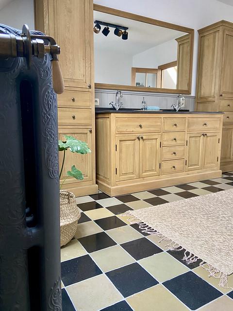 Houten landelijk klassiek badmeubel met zwartwit vloer in Pastorijwoning