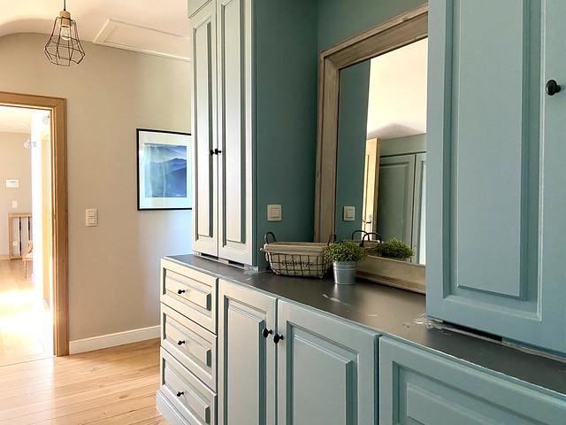 Houten blauwe kasten landelijke slaapkamer Pastorijwoning