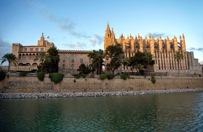 与帕尔马大教堂紧邻的是阿尔穆戴纳王宫(左边建筑) 巴利亞利群島