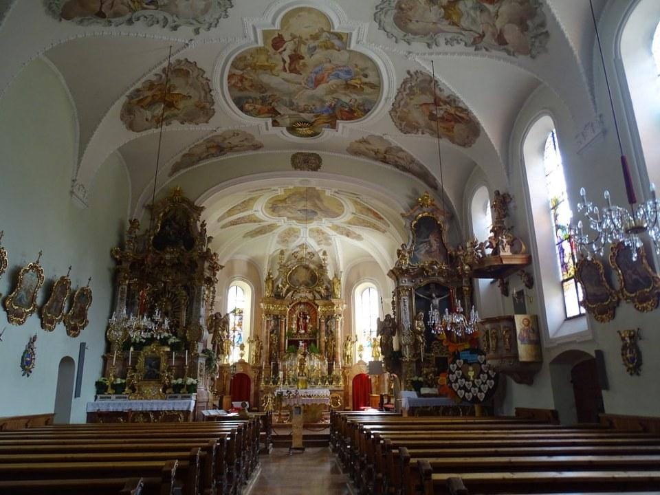 altar mayor interior Iglesia St. Oswald de Northumbria Alpbach Austria 01