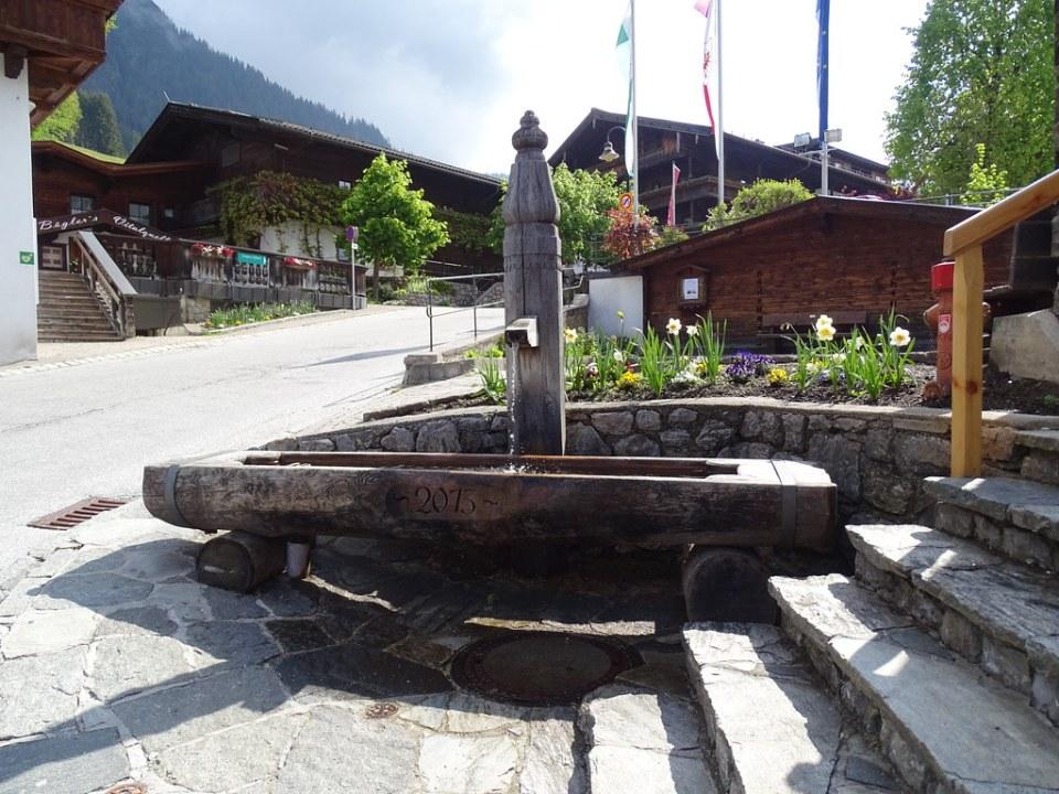 fuente de madera Alpbach Austria 02