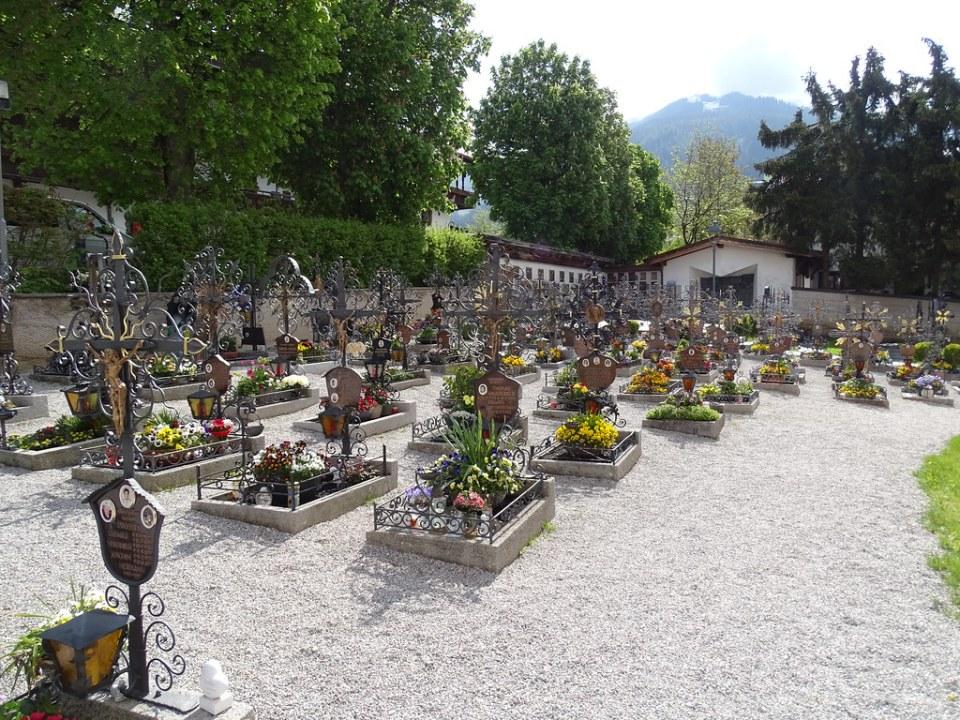 tumbas del cementerio exterior Iglesia St. Oswald de Northumbria Alpbach Austria 08